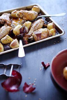 Poulet au chorizo, pommes de terre et oignons rouges au four