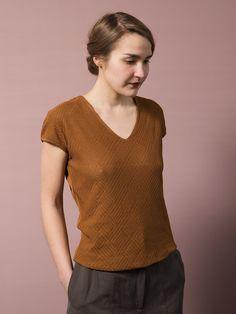 WOLFEN GERMANY. Dahlia shirt. Elegant sleeveless shirt made of fine cotton yarn.