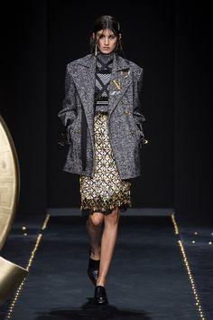 VERSACE FALL WINTER 2019 RTW Versace Home, Atelier Versace, Gianni Versace, Runway Fashion, Fashion Show, Womens Fashion, Fashion Design, Mundo Fashion, High End Fashion