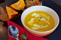 Our recipe for this comforting butternut squash soup will soon keep you warm in the cold! Roasted Pumpkin Soup Recipe, Roast Pumpkin Soup, Pumpkin Recipes, Fall Recipes, Soup Recipes, Pumpkin Beer, Recetas Halloween, Halloween Recipe, Slow Cooker Recipes
