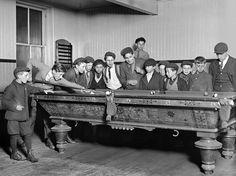 Una escena común en el club Bancroft-Foote Boys de New Haven, Connecticut, que era un lugar de reunión habitual de las pandillas callejeras, en el año 1909.