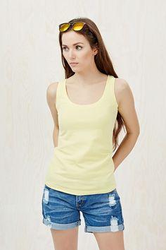 T-shirt żółty na cienkich ramiączkach