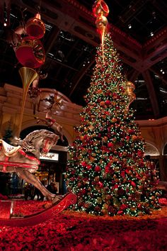 A very beautiful Christmas Tree Concept from the Bellagio Casino in Las Vegas Christmas In America, Christmas In The City, Christmas Scenes, Christmas Mood, Noel Christmas, Beautiful Christmas, Christmas Lights, Christmas Ribbon, Scandinavian Christmas