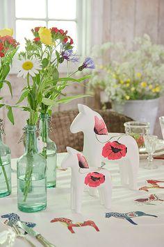 Swedish summer table setting by interior stylist Anna Truelsen (via Bright Bold & Beautiful). Swedish Cottage, Swedish Decor, Swedish Style, Cottage Chic, Blue Garden, Interior Stylist, Outdoor Parties, Scandinavian Home, Poppies