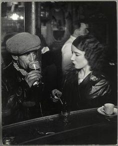 France. Couple au zinc dun bistrot, rue de Lappe, Paris ca. 1933 // Brassaï