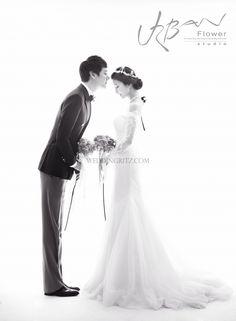 私は新しい都市スタジオ '花'をご紹介しましょう。 彼らのslogun 'ドリーミング永遠ロマンス'によると、プレweddign写真撮影は、カップルの目がお互いを見つめて、エレガントでロマンチックに見える。 彼らは絵や広告スタイルの写真撮影のために目指しています。 彼らは主に代わりに、あなたが時間が経つ前の結婚式の写真本家にうんざりされないように背景に焦点を当てたの数字に焦点を当てている。