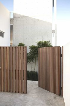 Awesome Backyard fence ornaments,Modern fence gate design and Front yard fence edmonton. Tor Design, House Design, Privacy Fence Designs, Privacy Screens, Patio Privacy, Side Gates, Sloped Yard, Wooden Gates, Timber Gates
