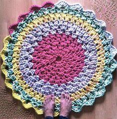 Alfombra de trapillo circular de colores hecha a ganchillo o crochet para bebe