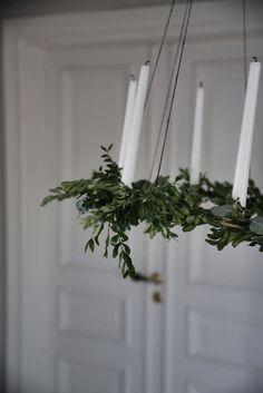Här om dagen fick jag för mig att knåpa ihop en stor ljuskrona att hänga över julbordet. Lite trixigt var de vill jag lova men resultatet blev ju super! Här kommer en liten guide för den pysselsugna…