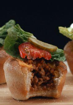 Cheeseburger-Muffins: Wie wär's heute mal mit Muffins zum Mittagessen? Die herzhaften Küchlein sind fix zubereitet und ihr könnt sie z.B. auch mit auf die Arbeit nehmen.