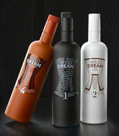 Las botellas de Wild Dream están pintadas en colores opacos negro, blanco y rojo, con etiquetas transparentes, en las que se dibuja un seduc...