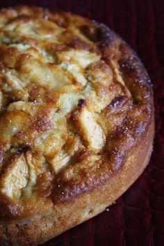 イタリアの超簡単リンゴケーキ ★材料 リンゴ〔中3つ分〕 500g 卵 2個 オリーブオイル 60cc 薄力粉 200g 砂糖 150g 牛乳 200cc レモン 1個 ベーキングパウダー 8g ★作り方(1時間以上) 1. レモンの皮を半分程度擦って、レモンの果汁を絞っておきます 2. リンゴの皮をむき、4つに切って、それを薄く切って、絞ったレモン汁をかけておきます。 3. 卵と砂糖をすり混ぜ、薄力粉 ベーキングパウダー、牛乳、レモンの皮をいれて混ぜオリーブオイルを最後に入れます。 4. 3に、切ったリンゴを混ぜて型にいれ、180度で50分じっくり焼きます。