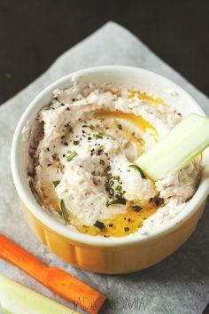 Hummus oficjalnie podbił już serca i żołądki wszystkich w kraju nad Wisłą. Można zjeść go w niemal każdej restauracji, kupić w delikatesach i w popularnym dyskoncie albo zrobić samemu w domu.A gdyby tak spróbować go w wersji polskiej[...]