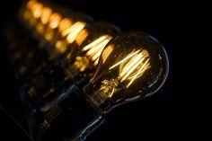 Thomas Edison'un Hayatı ve Yaptığı İcatlar - İsmi Tekno Energy Efficient Lighting, Energy Efficiency, Luz Uv, Lamp Light, Light Bulb, Lampe Edison, Edison Bulbs, Arc Flash, Retro Lampe
