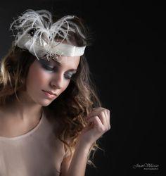 Tocado FELICITÀ Tocado blanco roto en cinta de sinamay con velo, perlitas, organza y pluma de avestruz. #bridal #wedding #fascinator #tiara #millinery #novia #boda #tocado #cinta #plumas #feathers #white #blanco