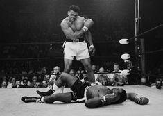 Muhammad Ali – allora campione dei pesi massimi – sovrasta Sonny Liston dopo averlo battuto a Lewistone, in Maine. L'incontro terminò dopo soltanto un minuto: Muhammad Ali colpì Liston con un pugno (poi soprannominato the phantom punch, il pugno fantasma) - Muhammad Ali - allora campione dei pesi massimi - sovrasta Sonny Liston dopo averlo battuto a Lewistone, in Maine.  L'incontro terminò dopo soltanto un minuto: Muhammad Ali colpì Liston con un pugno (poi soprannominato the phant…