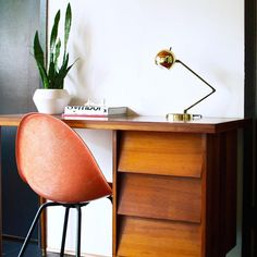 Votre bureau de rêve ? Chinez-le en soldes sur www.selency.com rubrique Meubler > Bureau Via @modernthrifter #orange #desk #chair #design #designer #gold #golden #plants #soldes #sales #vintage #vintagefurniture #homedecor #interiordesign #interior #home #deco #decoration