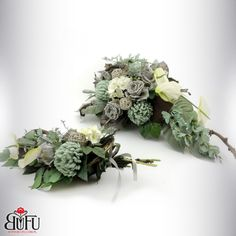 Święto zmarłych 2016 | Bu-Fu Kompozycje kwiatowe All Saints Day, Funeral Flowers, Black Flowers, Ikebana, Flower Designs, Floral Arrangements, Fall Decor, Christmas Wreaths, Floral Wreath