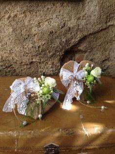 Ramo de peonias blancas con buvardia y ornitogalum, corazones de cuerda porta anillos