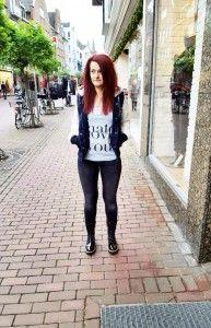 How to wear #COLLEGEJACKEN: Collegejacke mit abnehmbarer Kapuze und Kunstleder-Ärmeln: Superdry - Katy trägt dazu: Print-Shirt: Einstein & Newton -  Skinny Jeans: Mavi #fashion #stylingtutorial
