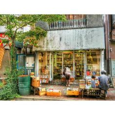 洋書や絵本、アートブックなどが多く、アート好きな方におすすめしたい古本屋さん。お店の外に並んだ木のボックスやベンチ、ドラム缶が可愛らしくほっとする雰囲気です。