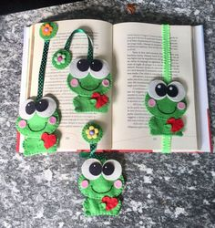 Bookmark of Felt, frog in love Felt Bookmark, Crochet Bookmarks, Creative Arts And Crafts, Crafts For Kids, Marque-pages Au Crochet, Sewing Crafts, Sewing Projects, Patchwork Heart, Make Do And Mend