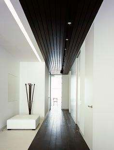 Design black and white corridor / un couloir design noir et blanc - décor minimaliste