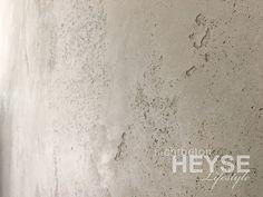 """Exklusive Inneneinrichtung mit Betonoptik begeistert """"Wohnen wie es mir gefällt"""" – In Hamburg realisierten wir den urbanen Charme von Sichtbeton als Designoptik an einer Wohnzimmerwand auf über 22qm. Besonders schön wirkt unsere von Hand applizierte Wandgestaltung. Hierfür haben wir eine ganz eigene Kreation entwickelt, die uns eine besondere Oberfläche ermöglicht. Selbst in der Küche als Spritzschutz perfekt geeignet. Schauen Sie mal rein und lesen Sie, was unser Wunschkunde dazu sagt …"""