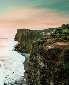 Sitting on the edge of this cliff definitely was a breathtaking and scary experience at the same time 😊 Bali Travel, Ultimate Travel, Travel Couple, Travel Photography, Photography Guide, Dream Vacations, Travel Pictures, Trip Advisor, Travel Inspiration