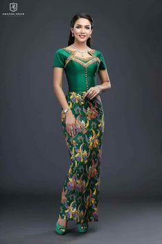 Fashion ideas on traditional african fashion 874 Traditional Dresses Designs, Traditional Outfits, African Fashion Dresses, African Dress, Thai Dress, Dress Up, Myanmar Dress Design, Myanmar Traditional Dress, Oriental Dress