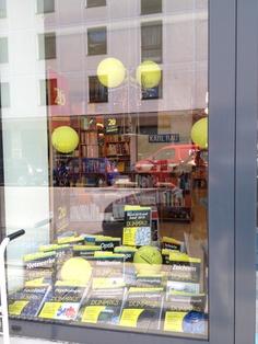 """Ein """"für Dummies""""-Fenster bei der Buchhandlung Rau in München"""