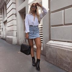 Add diversity to your summer arsenal with an outfit so chic as this one. In your closet you'll find the key to get it. Fashion Pants, Women's Fashion Dresses, Fashion 2018, Womens Fashion, Look Camisa Jeans, Taylor Momsen Style, Outfits Con Camisa, London Stil, Winter Date Outfits