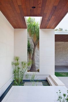 Los Angeles-based Studio William Hefner has taken cues from Californian modernism to complete this house for an art collector that overlooks Beverly Hills. Interior Design Usa, Patio Interior, Small Backyard Pools, Backyard Patio, Modern Architecture Design, Interior Architecture, Modern Buildings, Outdoor Spaces, Outdoor Living
