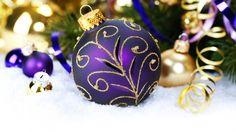 Скачать обои Новый Год, снег, серпантин, елочные, игрушки, шарик, фиолетовый, New Year, Christmas, шар, золотые, узоры, Рождество, раздел новый год в разрешении 1920x1080
