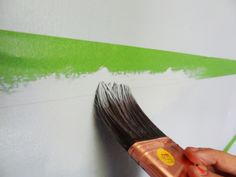 Malerkrepprand mit Pinsel streichen damit die Farbe nicht verläuft