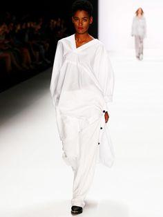 Was wirkt schöner zu zart gebräunter Haut als ein Outfit in Weiß. Richtig, nichts! Weiß bleibt der Klassiker der heißen Monate.