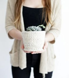 Add some style to your plants with this chunky knit planter cover - a quick and easy way to spruce up your home decor. Easy Knitting Patterns, Free Knitting, Knitting Projects, Crochet Projects, Vogue Knitting, Knitting Tutorials, Yarn Projects, Loom Knitting, Knitting Ideas