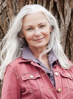 Lynn Waite Ford Model Chicago Height: Bust: Waist: 25 H Long Gray Hair, Silver Grey Hair, White Hair, 50 Y Fabuloso, Grey Hair Inspiration, Beautiful Old Woman, Ageless Beauty, Going Gray, Pastel Hair