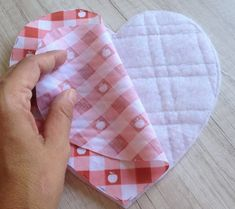IMG_0070 Easy Sewing Projects, Diy Projects To Try, Sewing Crafts, Tutorial Diy, E Craft, Oven Glove, Fabric Manipulation, Mug Rugs, Baby Bibs