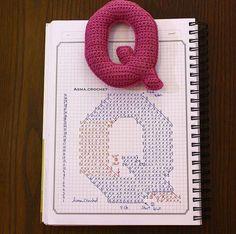 Alfabeto crochet - Q Crochet Gratis, Crochet Diy, Crochet Amigurumi, Crochet Home, Crochet Dolls, Amigurumi Patterns, Crochet Alphabet Letters, Crochet Letters Pattern, Cross Stitch Alphabet