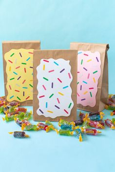 DIY Easy Pop Tart Treat Bags for Parties Make easy pop tart treat bags using paper bags and cardstock for quick and adorable party favors filled with treats like candy for gifting at parties! Donut Birthday Parties, Party Favors For Kids Birthday, Donut Party, Candy Bags Birthday, Birthday Gifts, Diy Party Bags, Party Favor Bags, Party Ideas, Diy Bags