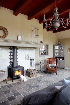 Deze prachtige Vermont Castings houtkachel voelt zich ontzettend goed thuis in een landelijke woning, met boerderij-allures.  #landelijk #haard #boerderij #hoeve #gezellig House Furniture Design, Home Furniture, House Design, Wood Stove Hearth, Bungalow, Stone Cottages, Home Fireplace, Swedish House, Mediterranean Homes