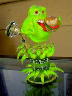 This is awesome work! Ghostbusters Slimer Glass Pipe on Global Geek News. Glass Pipes And Bongs, Glass Bongs, Smoking Pieces, Cool Pipes, Weed Pipes, Up In Smoke, Dark Smoke, Puff And Pass, Gifs