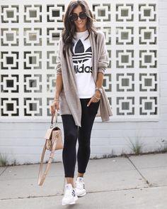 ea4efe2cb926f 13 Ideas para usar leggings 24 7  ¡olvídate de los cambios de ropa durante  el día! Chica posando enfrente de una pared ...
