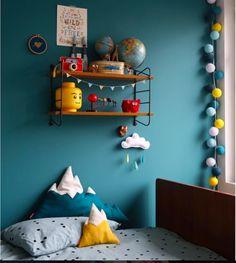 Mooie kleuren voor in een kinderkamer. Petrol op de muur is echt gaaf.