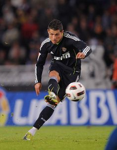 Discovered by football for ages. Find images and videos about football, soccer and real madrid on We Heart It - the app to get lost in what you love. Cristiano Ronaldo Free Kick, Cristino Ronaldo, Ronaldo Real, Top Soccer, Soccer Stars, Good Soccer Players, Football Players, Football Gif, Cr7 Vs Messi