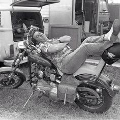 Coluche fait une sieste lors du tournage du film «Vous n'aurez pas l'Alsace et la Lorraine», 1977