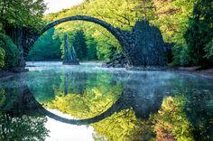 まるで別世界への入り口。水面に反射すると円が浮かび上がるドイツの 橋