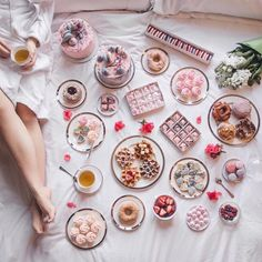 Forget Sunday sleep ins, we say bring on sleepy Saturdays. This spread by is waaaaay too dreamy 😍 Dinner Recipes For Kids, Healthy Dinner Recipes, Kids Meals, Nectar And Stone, Breakfast In Bed, Marie Antoinette, Let Them Eat Cake, Sweet Tooth, Food Photography