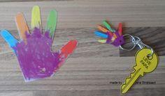 Moeder- / Vaderdag: - Omtrek van handje van de kleuter op schrinkel-papier - handje laten kleuren door kleuter met potloden of Woody-potloden (vettige potloden waarbij je nog mooier effect krijgt) - Gaatje maken met de perforator!!!! - Handje laten verkleinen door het te verwarmen in de oven - Maak er sleutelhanger van voor papa of mama